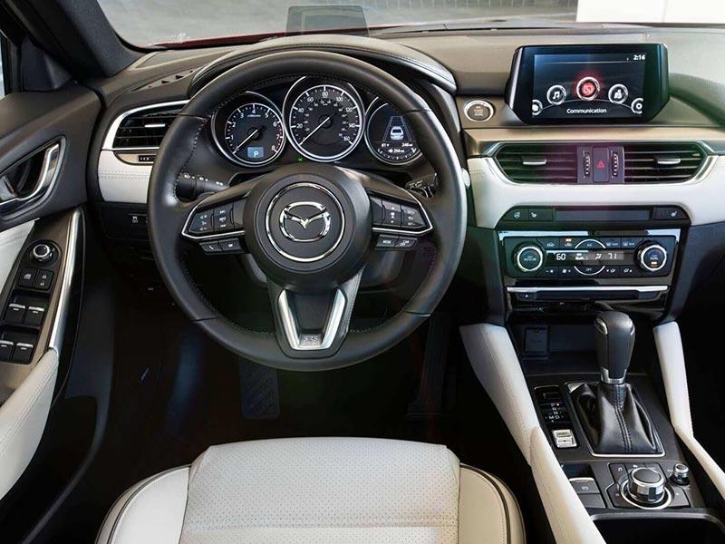 Khoang lái Mazda 6 2020